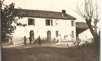 Una casa della Cooperativa a Piangipane (tra le due porte, Dario Missiroli)